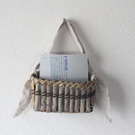 壁掛け籠 ハガキ収納や花器に / 沢胡桃樹皮 / クルミのカゴ / ozb-806