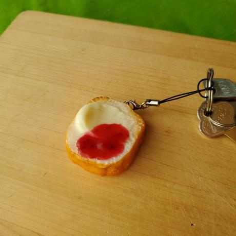 「いちごジャムバタートースト」バターナイフで塗ってみました。