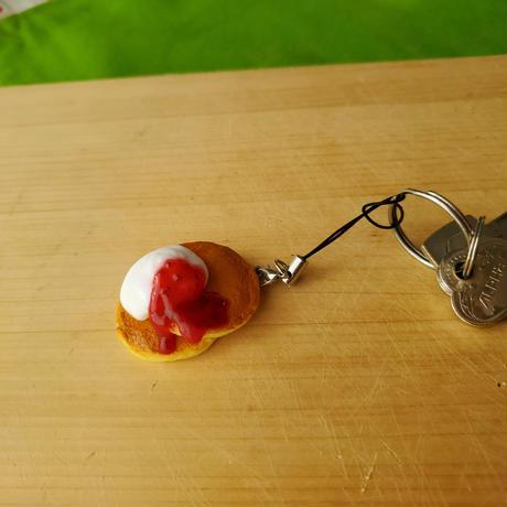 「パンケーキホイップクリームといちごソース」ふんわりホイップクリームにしました。