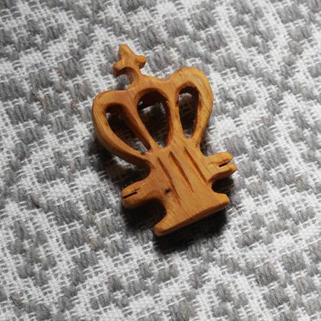 テルセイラ島の木彫りのブローチ/精霊の冠