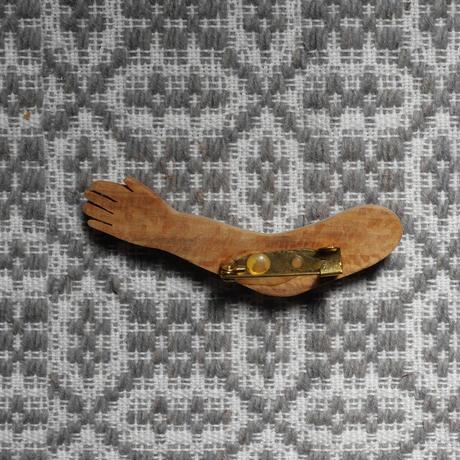 テルセイラ島の木彫りのブローチ/アルフェニン(腕)