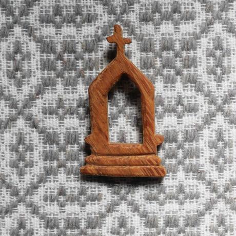 テルセイラ島の木彫りのブローチ/インペリオ(A)