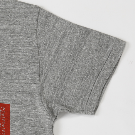 PROJECT SR'ES(プロジェクトエスアールエス) / PAISED ALOHA BX LOGO V-NECK(グラフィックプリントVネックTシャツ)