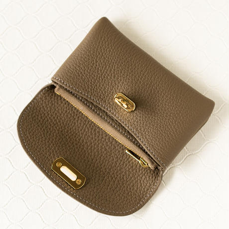 【即納】やわらかなレザーフラップミドル財布 トリヨンクレマンス/エトゥープ