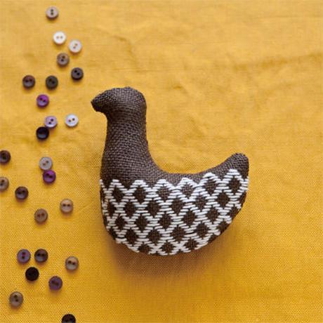 米山知歩さんのこぎん専用布でつくる 鳥のブローチキット [chocolate]