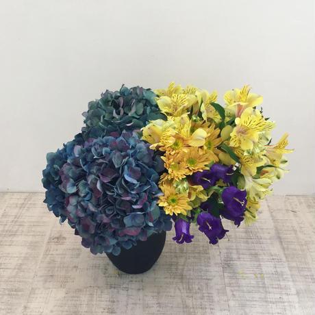 Seasonal flower arrangement h30 w30