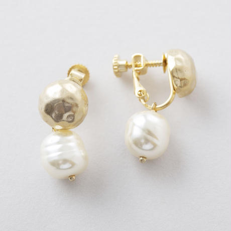YAE085:バロックパール×ツチメドームイヤリング /  Baroque pearl × Brass Hammered Dome Earring