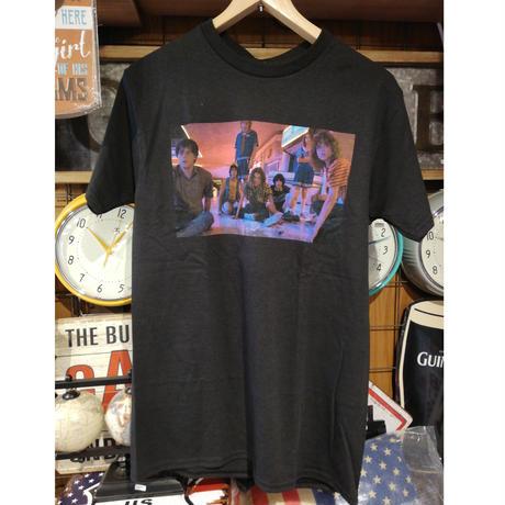 【USA直輸入】ストレンジャーシングス シーズン3  モール グループ フォト Tシャツ Sサイズ ウィル ダスティン ルーカス イレブン マックス Stranger Things ネットフリックス