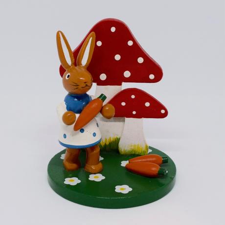 ドイツ 大きなキノコと水玉ワンピースのウサギさん 木の置物