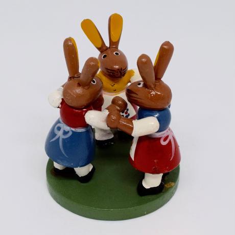 ドイツ 輪になって踊るウサギ 木の置物