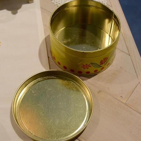 チェコ フルーツ柄のティン缶