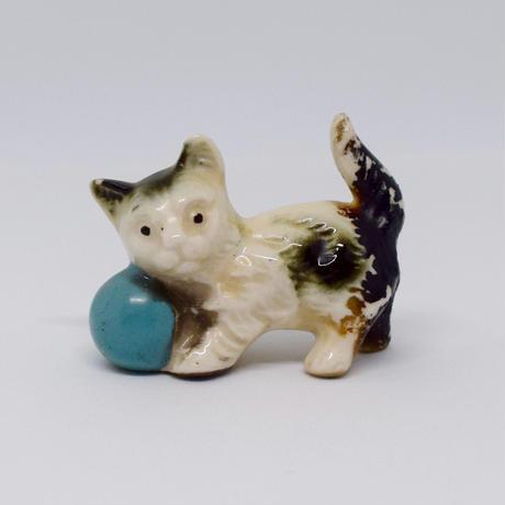 青いボールがお気に入りの子猫 フィギュリン