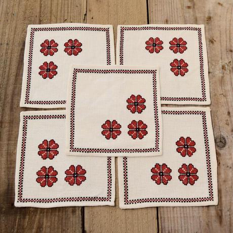 ハンガリー ステッチ刺繍のクロス 赤い花