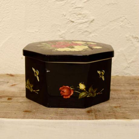 華やかな薔薇のティン缶