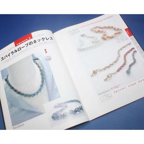 針と糸で編むビーズステッチ アメリカで流行のオフルーム・貴婦人のアクセサリー パッチワーク通信社