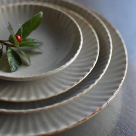 たくまポタリー 8寸皿 まる菊 やわグレー
