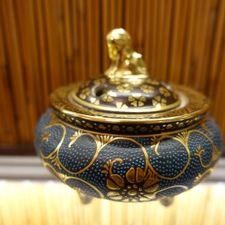 錦泉窯香炉(獅子摘み青粒鉄仙唐草)