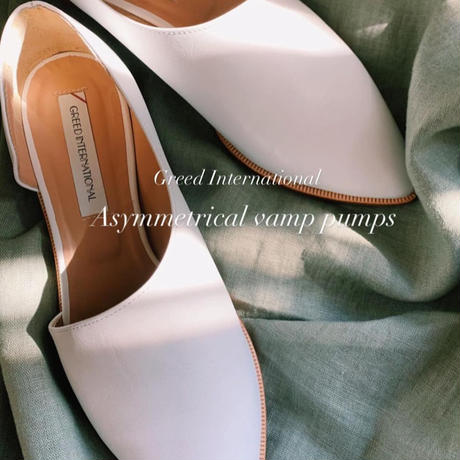 【Greed Internationalグリードインターナショナル】Asymmetrical vamp pumps-white
