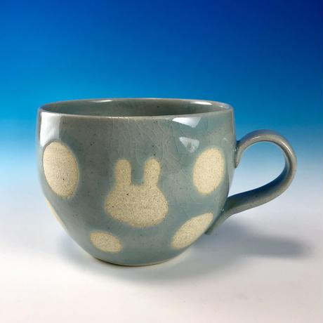 【M245】丸いフォルムのうさぎ水玉模様のマグカップ小(青白磁・うさぎ印)