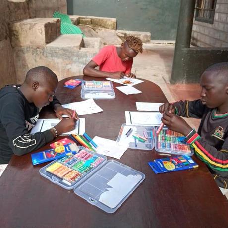 ケニアの子ども達と製作!キリンイラスト塗り絵/Tシャツ・White【Twiga / キリン】