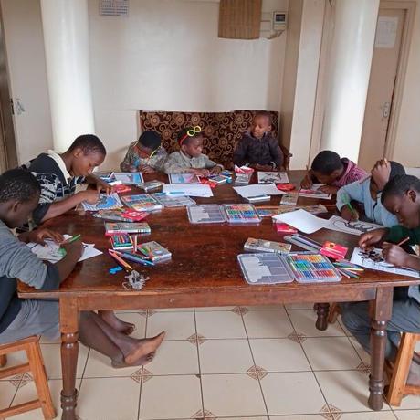 ケニアの子ども達と製作!キリンイラスト塗り絵/Tシャツ・Black【Twiga / キリン】