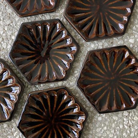 飴釉菊紋六角皿