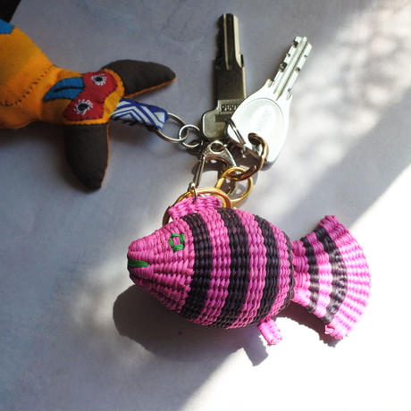 金魚キーホルダー 緑×ピンク