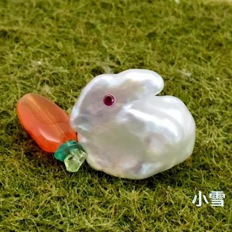小雪(子ウサギのピンブローチ)