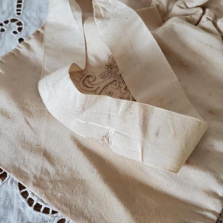 モノグラム刺繍入りシルクのオモニエール