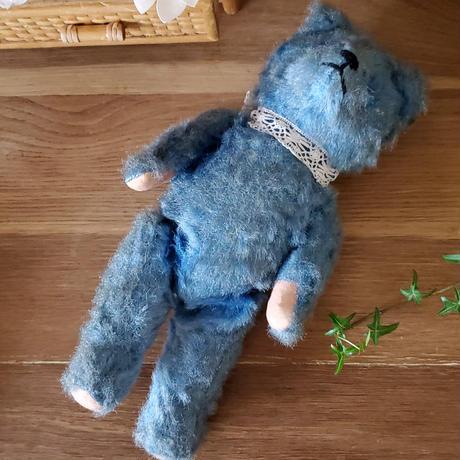ちょっとかしげたブルーのクマちゃん