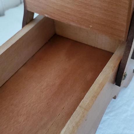 小さな脚付き裁縫箱