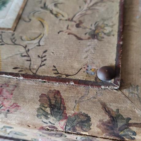 壁紙の貼られた木箱