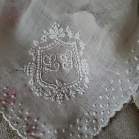 ぷっくりドットとモノグラム刺繍が美しいハンカチ