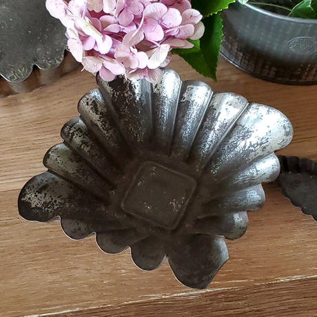ブリキ製のケーキモールド
