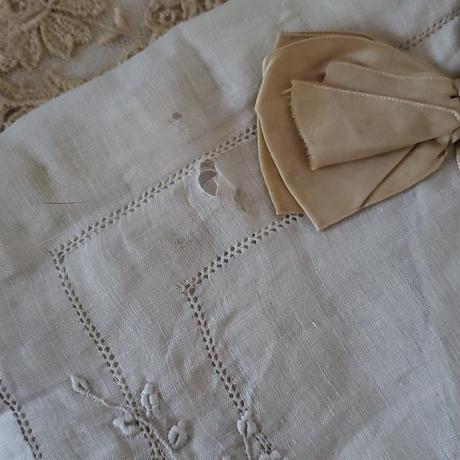 カットワーク刺繍にシルクリボンのハンキーケース