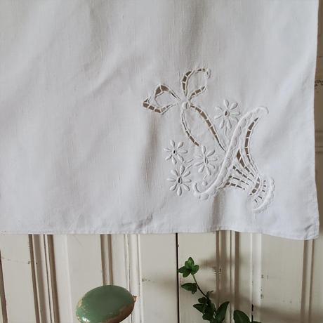 花かご手刺繍のクロス