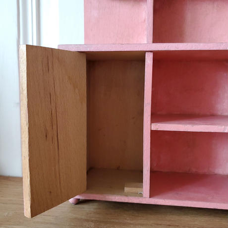 お人形用ピンクのキャビネット
