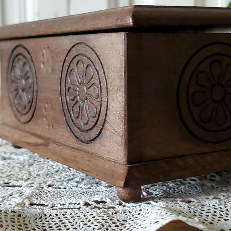 手彫りが美しい木製ボックス
