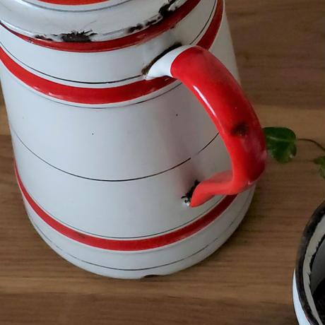 赤いボーダーのコーヒーポット