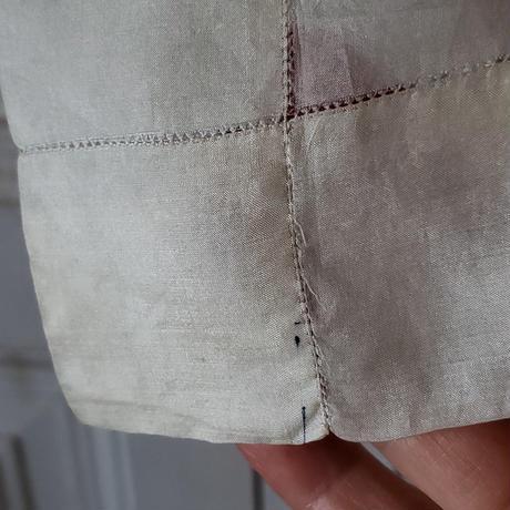 手刺繍モノグラム入りシルクのハンカチ
