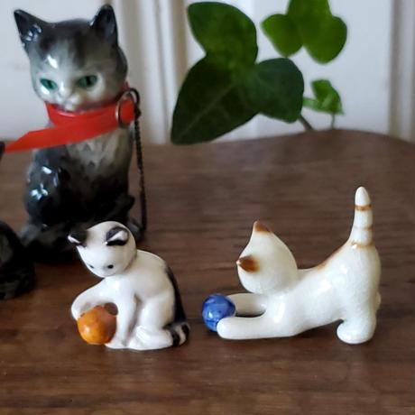 ボールで遊ぶ猫のフィギュリン/ゲーベル社