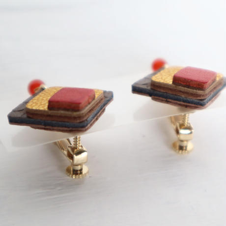 レザーと天然石のイヤアクセサリー(朱赤✕オーク)
