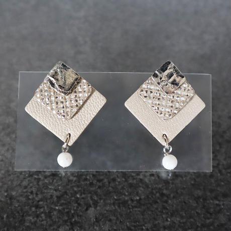 レザーと天然石のイヤアクセサリー(シルバー✕アイボリーメタ)