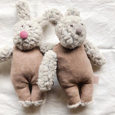 素朴すぎるお顔のウサギとクマ