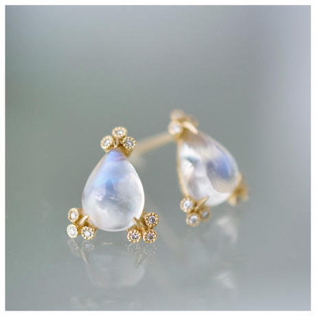 Spread moonstone earrings