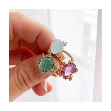 Spread emerald ring
