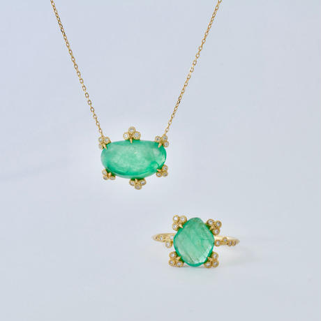 Spread emerald necklace