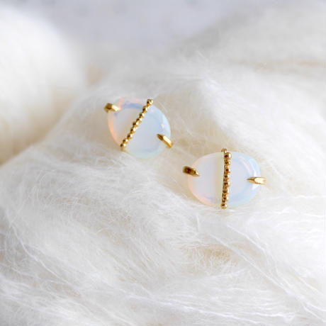 Quartz(Opal colored) dot earrings
