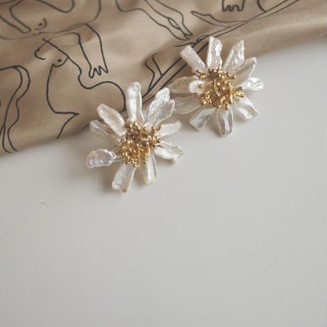 Pearl daisy earrings