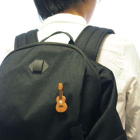 楽器と同じ材料で制作したukuleleブローチ 白蝶貝ver
